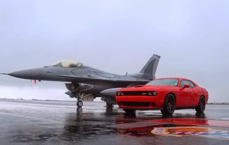dodge challenger hellcat 1800 Το Dodge Challenger Hellcat των 707 ίππων τα βάζει με ένα ετοιμοπόλεμο F-16 Falcon Jet …στη βροχή!