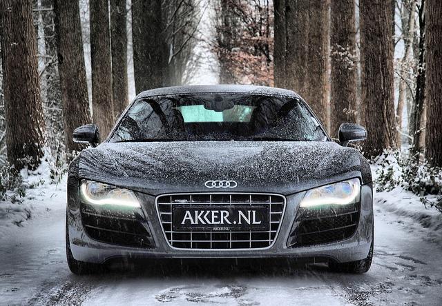 Audi2BR82BV10 Ξεχάστε την κατάβαση με Snowboard, ήρθε η ανάβαση της πίστας του σκι με Audi R8 V10 & RS4 Audi, Audi R8, Audi RS4, Fun, videos