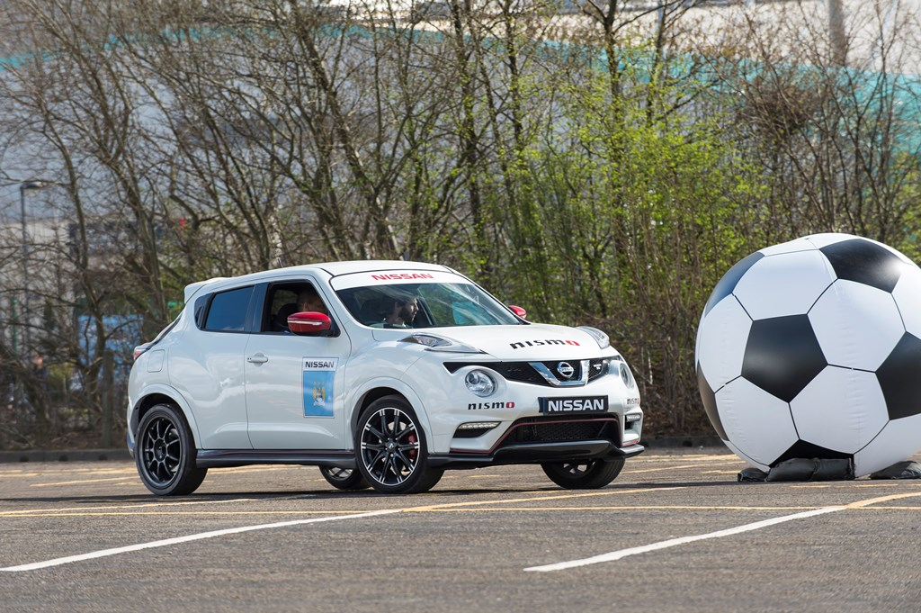 144525 10 5rs Μπορεί ένας επαγγελματίας ποδοσφαιριστής να γίνει οδηγός αγώνων; Fun, Nissan, videos