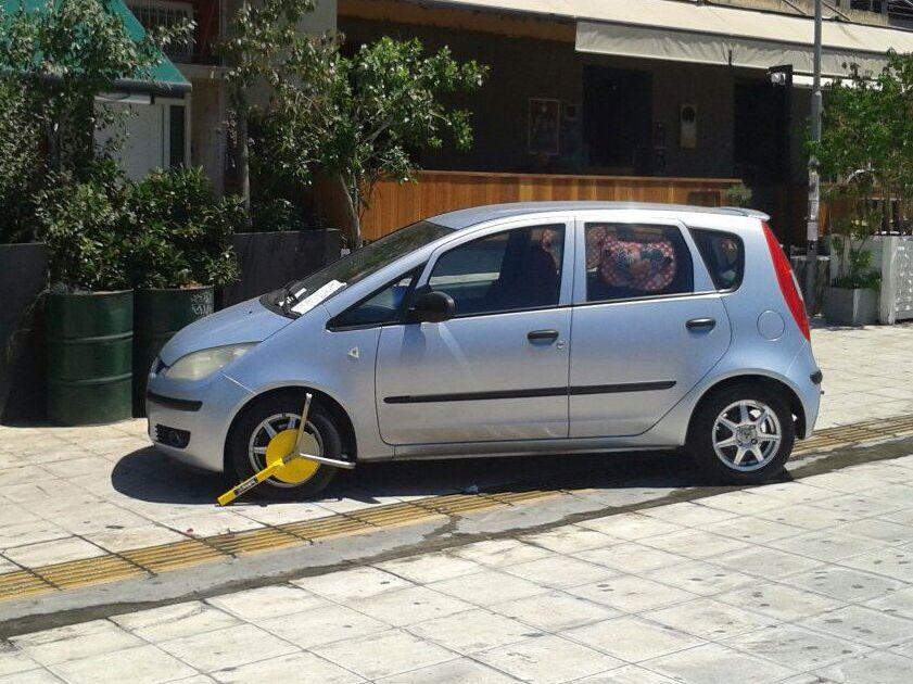 kam3 Οδηγός παρκάρει ΠΑΝΩ στην πλατεία Συντάγματος, σπάει όλα τα κοντέρ καφρίλας zblog, αστεία, παράξενα, παρκάρισμα