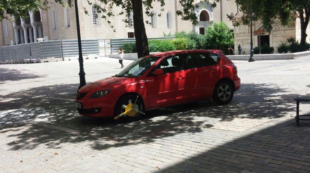 kam5 Οδηγός παρκάρει ΠΑΝΩ στην πλατεία Συντάγματος, σπάει όλα τα κοντέρ καφρίλας zblog, αστεία, παράξενα, παρκάρισμα