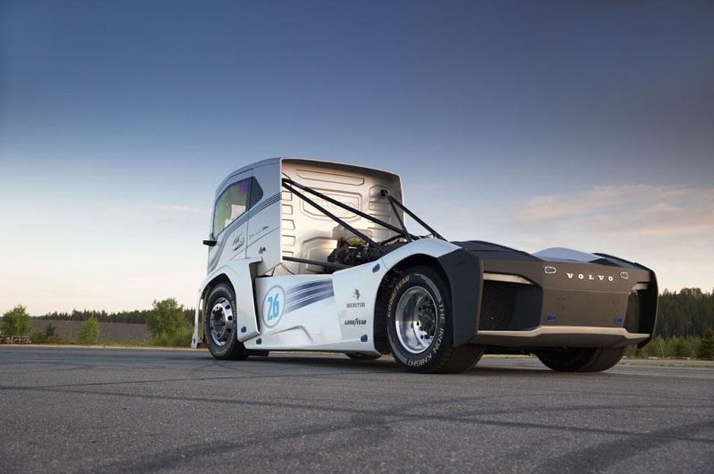 Volvo Iron Knight Rear Το Iron Knight της Volvo Trucks είναι το ταχύτερο φορτηγό του κόσμου Fun, Record, topspeed, Truck, videos, Volvo Iron Knight, Volvo Trucks, Επαγγελματικά, Φορτηγά