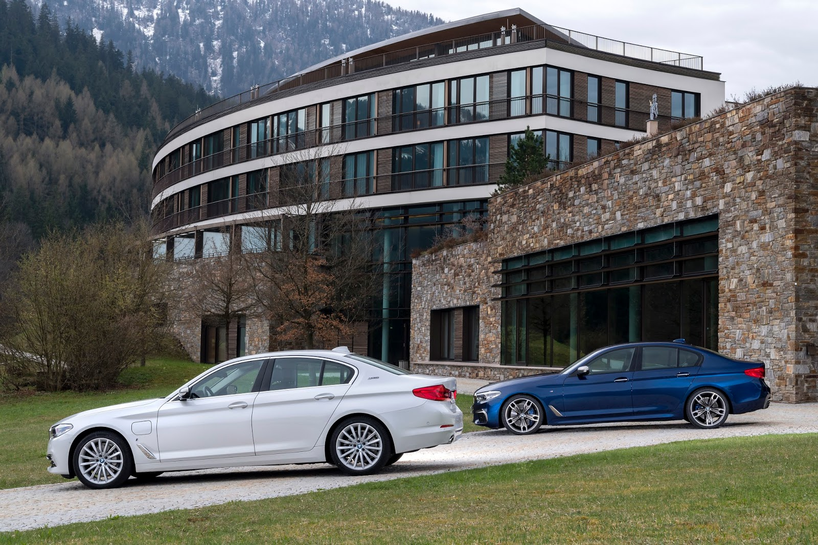 P90255022 highRes family shot bmw 530e 1 Η BMW 530e iPerformance φέρνει την ηλεκτρική επανάσταση BMW, BMW 5, BMW 530e iPerformance, Electric cars, Hybrid, Λανσάρισμα