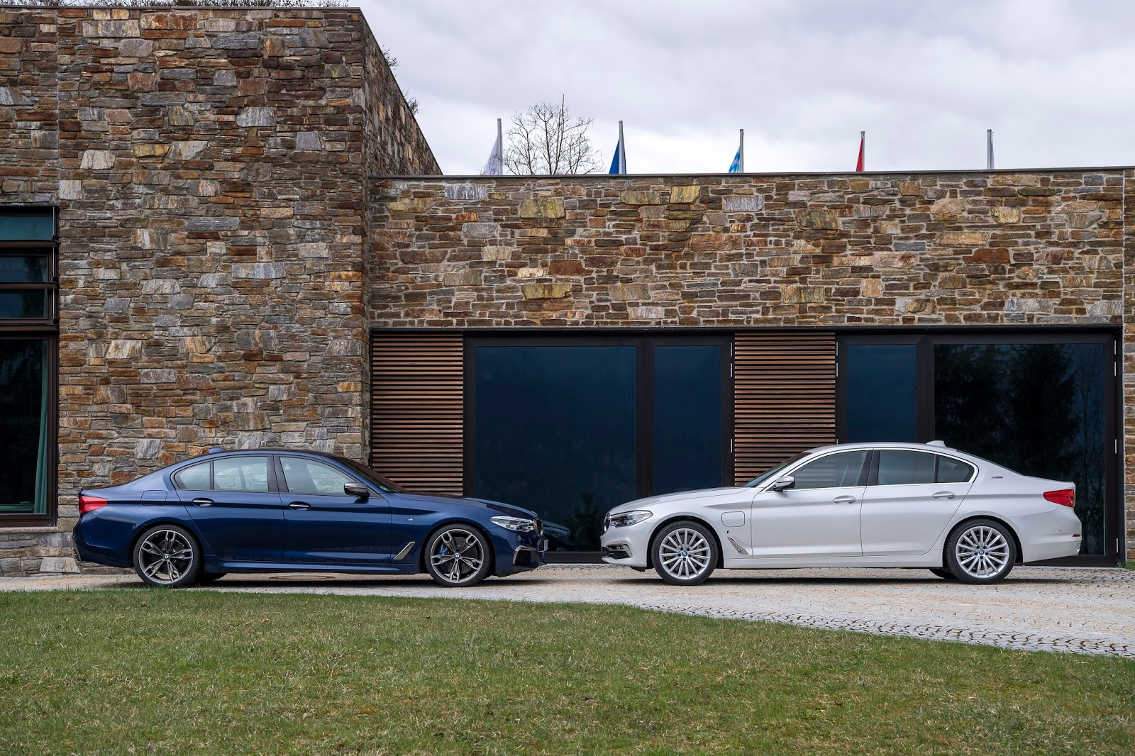 P90255024 highRes family shot bmw 530e Η BMW 530e iPerformance φέρνει την ηλεκτρική επανάσταση BMW, BMW 5, BMW 530e iPerformance, Electric cars, Hybrid, Λανσάρισμα