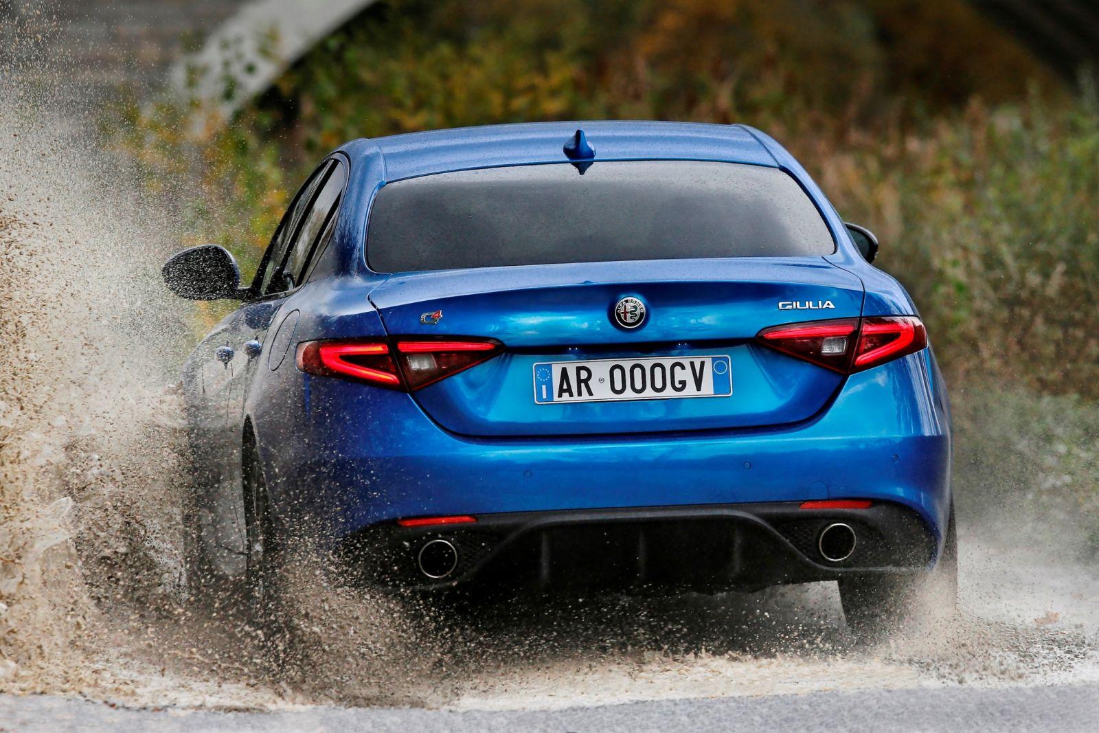 Q4 on action2B252822529 Δυο τετρακίνητες Alfa χορεύουν στον πάγο! Alfa, alfa romeo, Alfa Romeo Giulia, Alfa Romeo Giulia QV, Alfa Romeo Q4, Alfa Romeo Stelvio, drift, video, videos