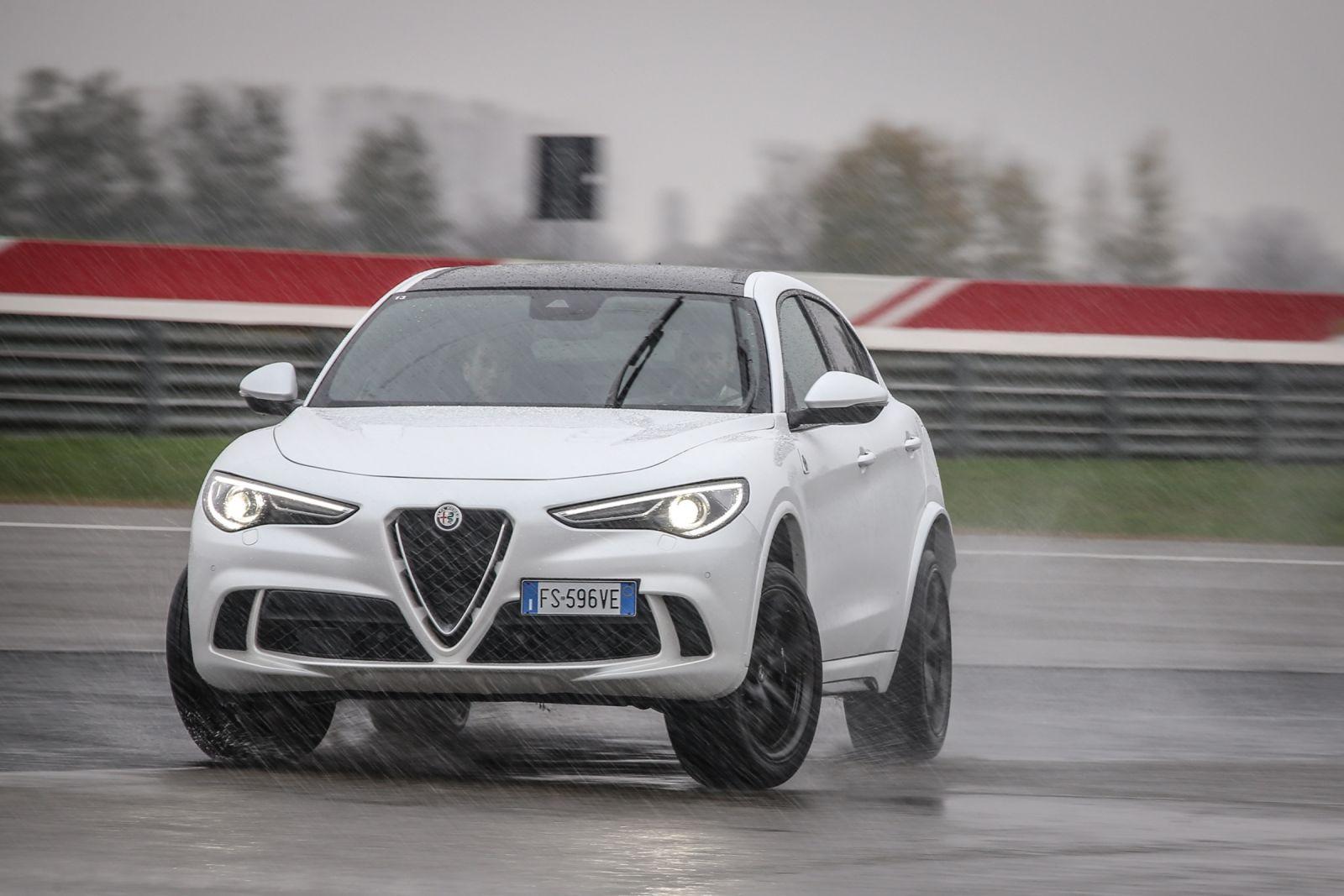 Q4 on action2B252832529 Δυο τετρακίνητες Alfa χορεύουν στον πάγο! Alfa, alfa romeo, Alfa Romeo Giulia, Alfa Romeo Giulia QV, Alfa Romeo Q4, Alfa Romeo Stelvio, drift, video, videos