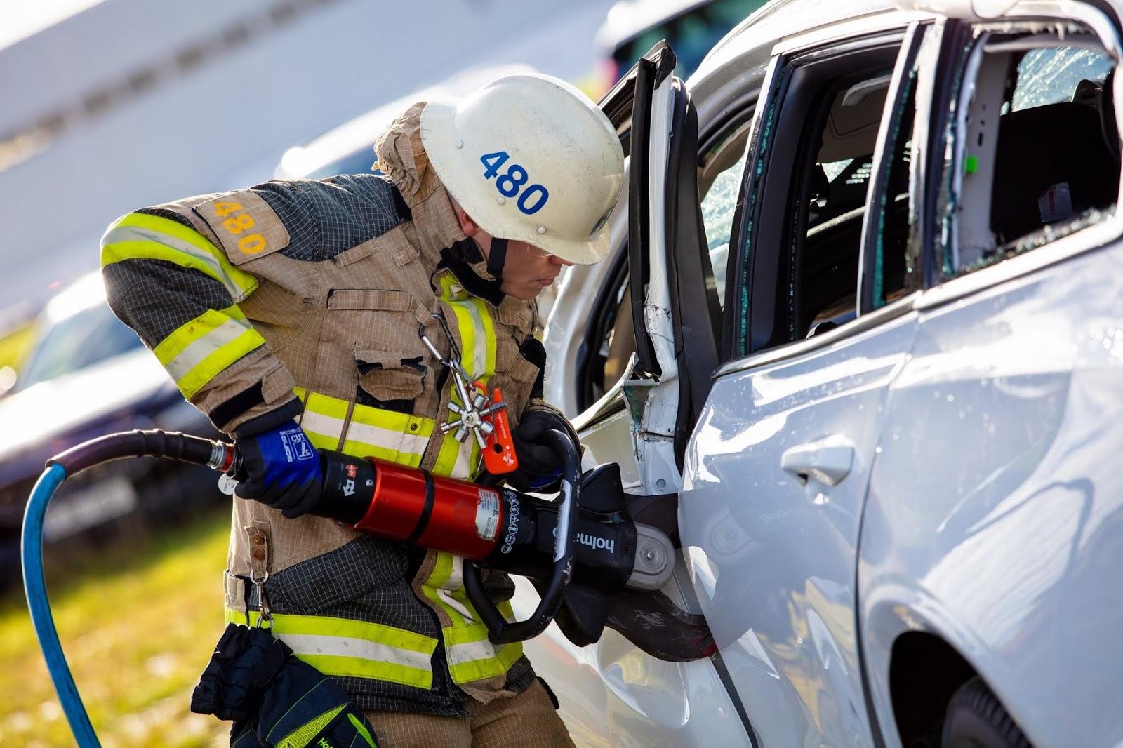 274401 Volvo Cars drops new cars from 30 metres to help rescue services save H Volvo πετάει τα μοντέλα της από ύψος 30 μέτρων για crash test! crash, crash tests, video, videos, Volvo, βίντεο