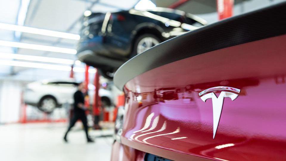 Tesla service center featured1 Υπάρχει ζήτημα ποιότητας στα Tesla; Tesla, zblog, ανακλήσεις
