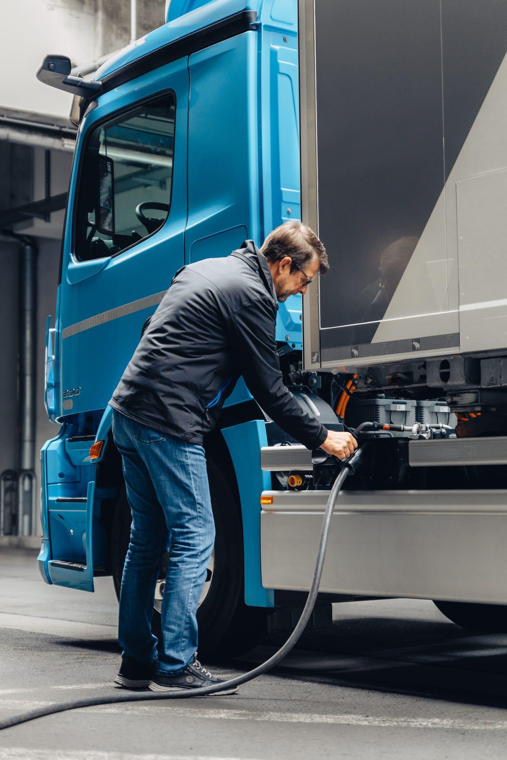 21C0349 011 scaled Το νέο eActros, γίνεται σημείο αναφοράς στις μεταφορές χωρίς ρύπους electric trucks, Mercedes, Mercedes Actros, Mercedes Benz, Mercedes eActros, ειδήσεις, Επαγγελματικά, ηλεκτρικά, Νέα, Φορτηγά