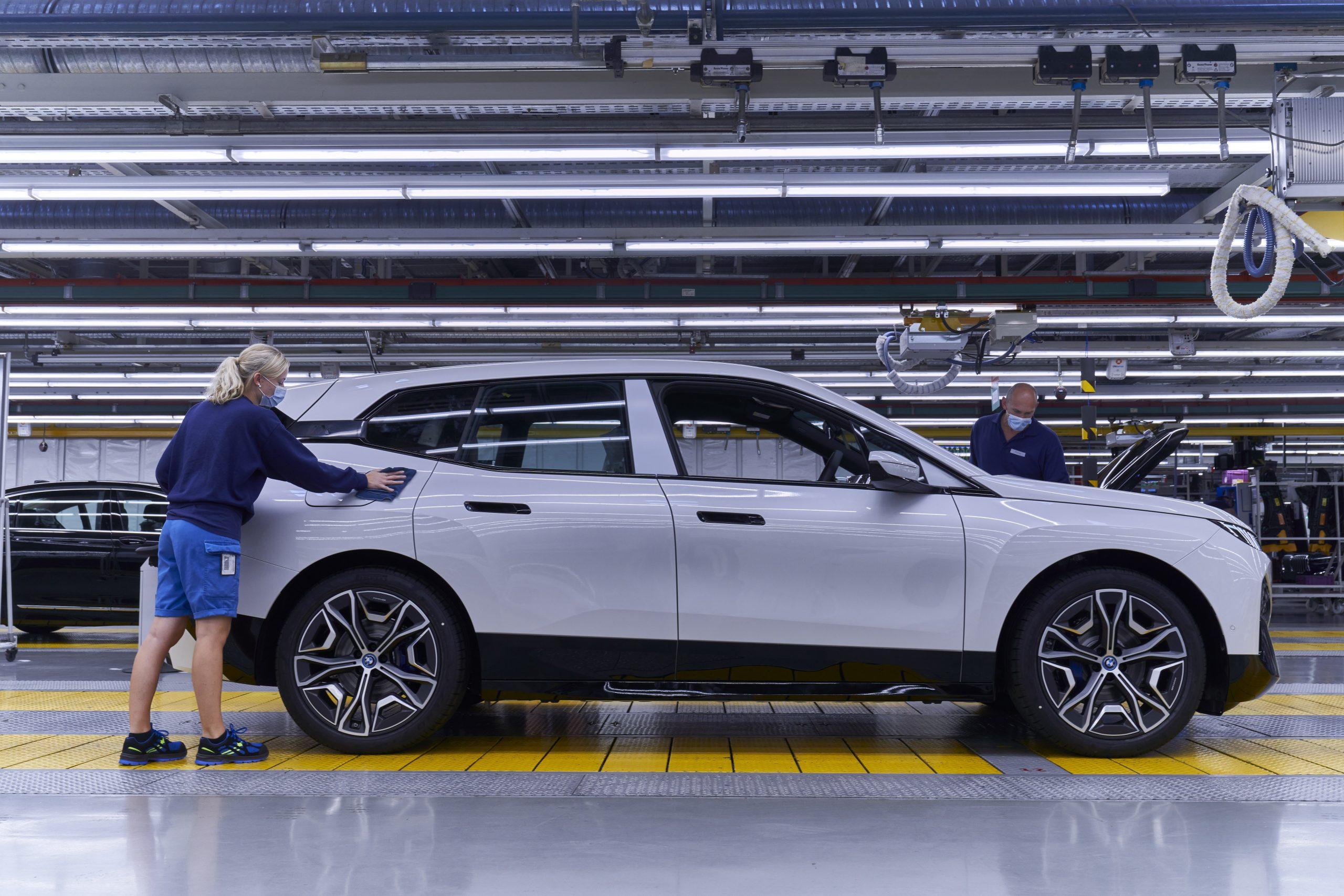 P90407628 highRes scaled Οι πρώτες BMW iX βγαίνουν από τη γραμμή παραγωγής BMW, BMW i, BMW iX, Electric cars, electric vehicles, ειδήσεις, ηλεκτρικά, ηλεκτροκινηση, Νέα