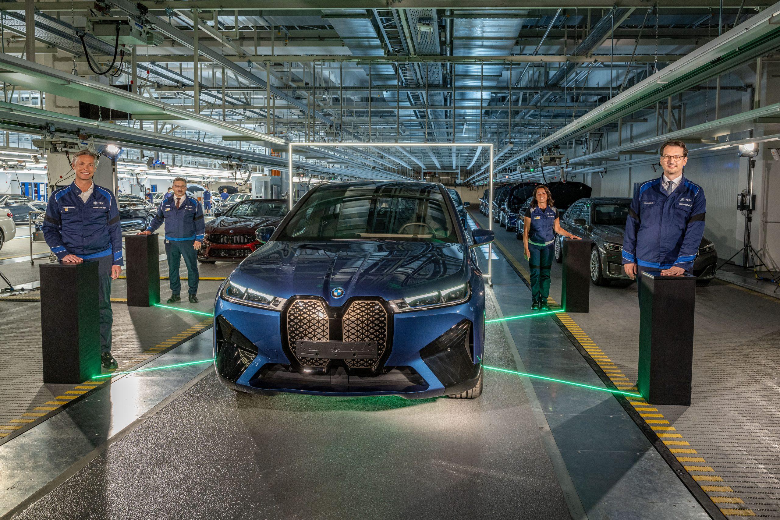 P90428678 highRes scaled Οι πρώτες BMW iX βγαίνουν από τη γραμμή παραγωγής BMW, BMW i, BMW iX, Electric cars, electric vehicles, ειδήσεις, ηλεκτρικά, ηλεκτροκινηση, Νέα